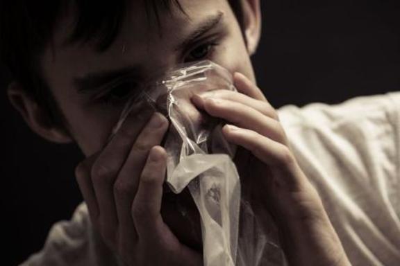 фото человек вдыхает клей